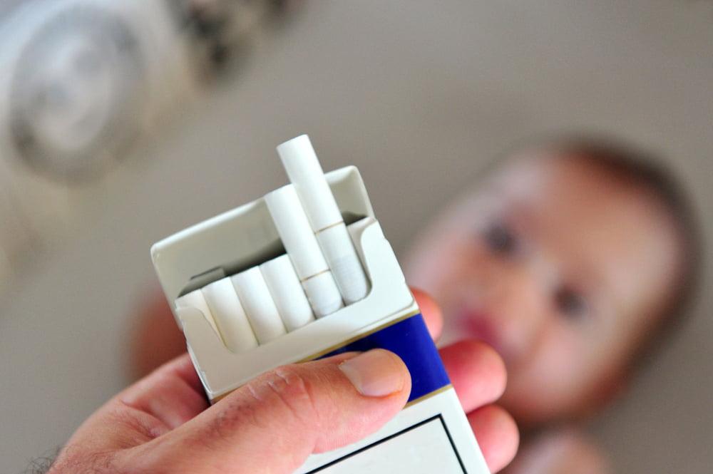 1763004 - سلبيات التدخين علي صحة طفلك